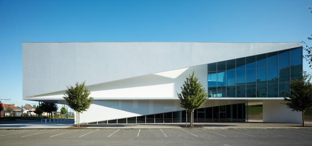 biblioteca en Francia con una clara arquitectura minimalista