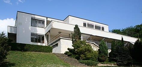 priman el color blanco y verde en la arquitectura minimalista