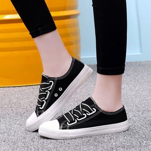zapatillas minimalistas blancas y negras sin cordones