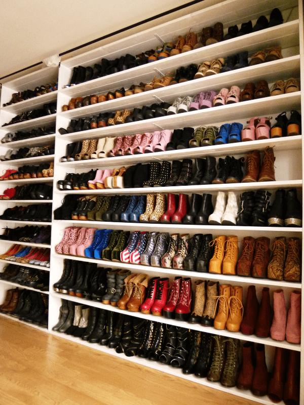 zapatero repleto, lo contrario al estilo de calzado minimalista