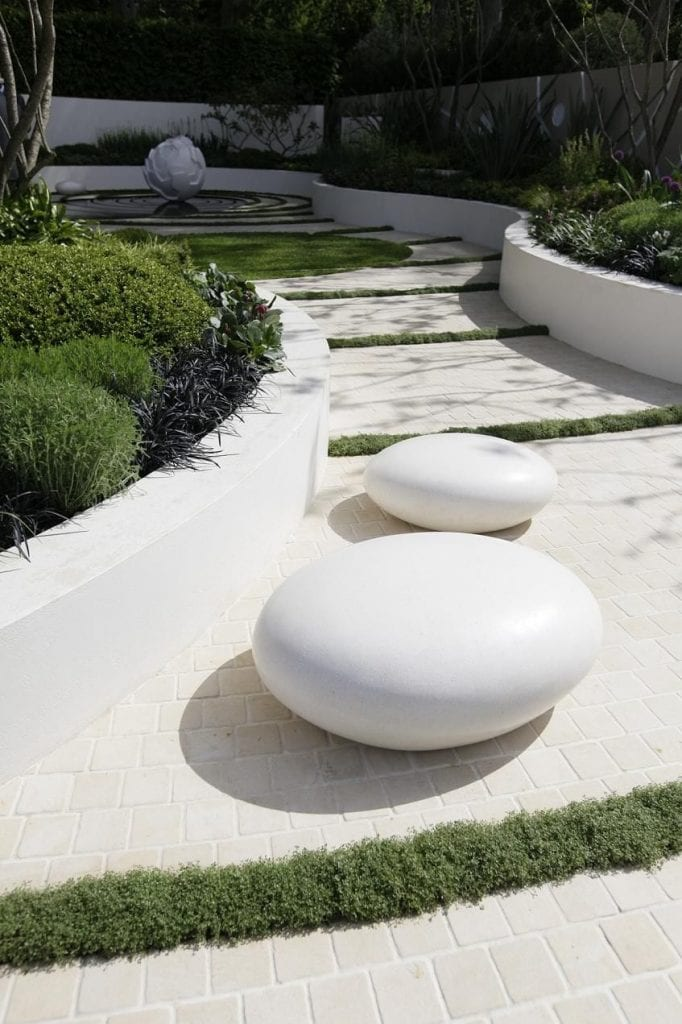 utiliza marmol blanco para dar un toque minimalista a tu jardín