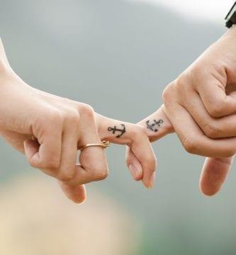 tattoo ancla dedo minimalista
