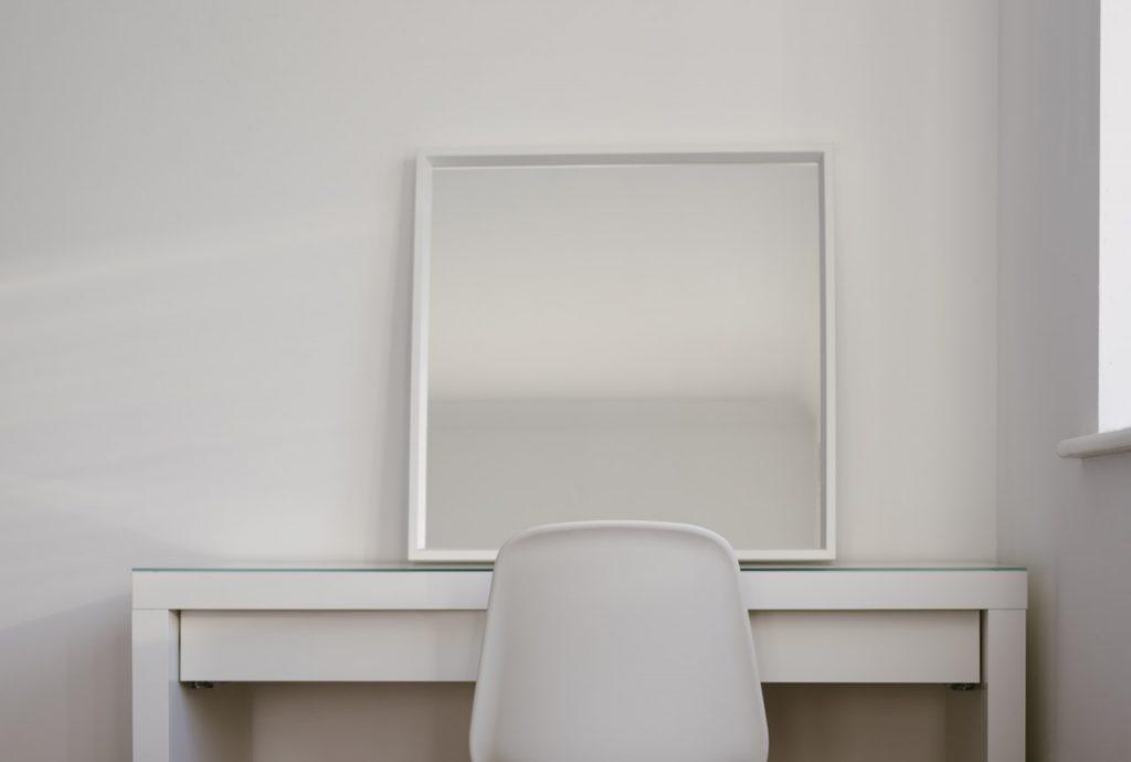 sillas y mesas blancas y simples para un comedor minimalista