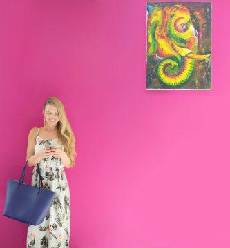 vestido minimalista pared rosa