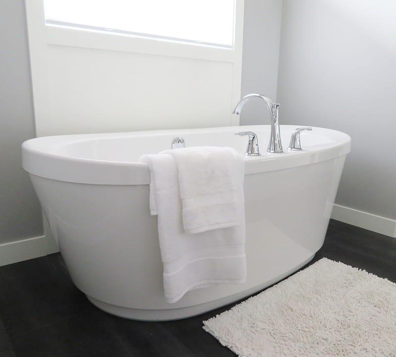 las bañeras de mármol blanco sin cortinas dan un toque muy minimalista a tu baño