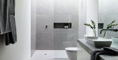 baño minimalista blanco y cristal