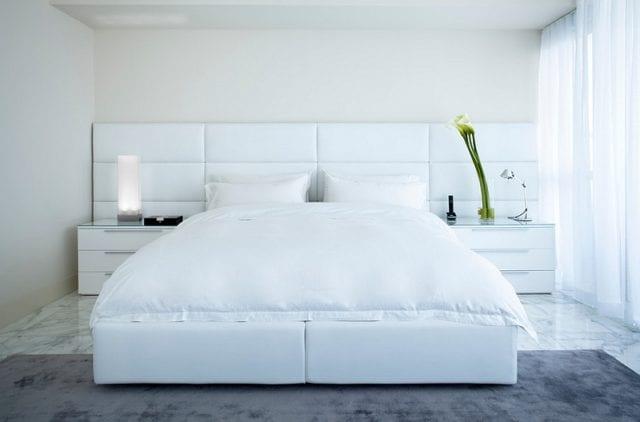 las cortinas blancas ayudan a resaltar las figuras geométricas en tu dormitorio minimalista