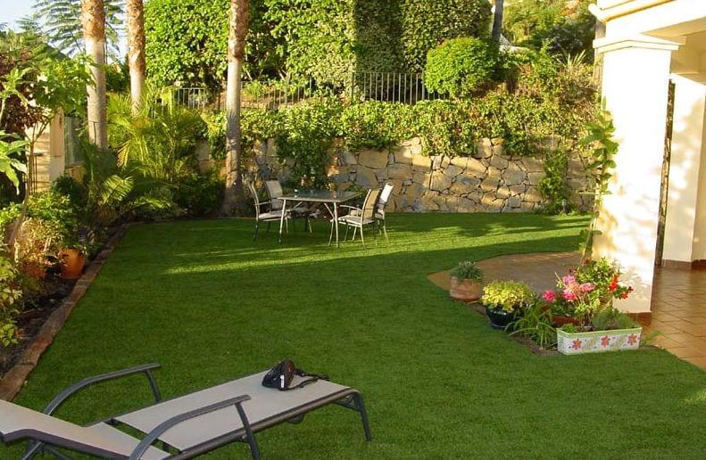 no ocupes todo el jardin con sillas y mesas, un jardín minimalista necesita espacio libre