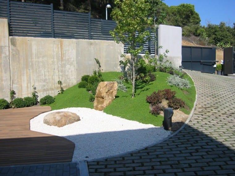 jardin minimalista delimitado con piedra blanca de río