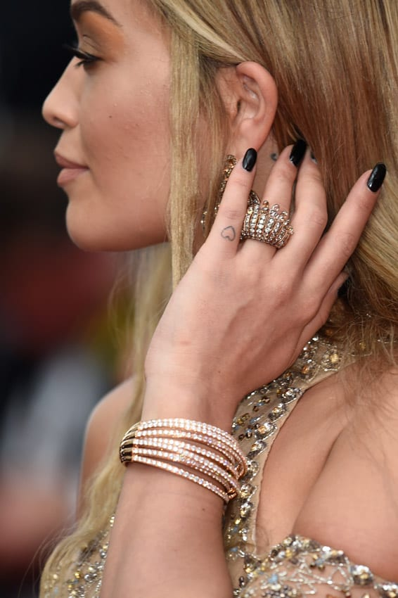 Rita Ora y su tatuaje minimalista con forma de corazón en el dedo